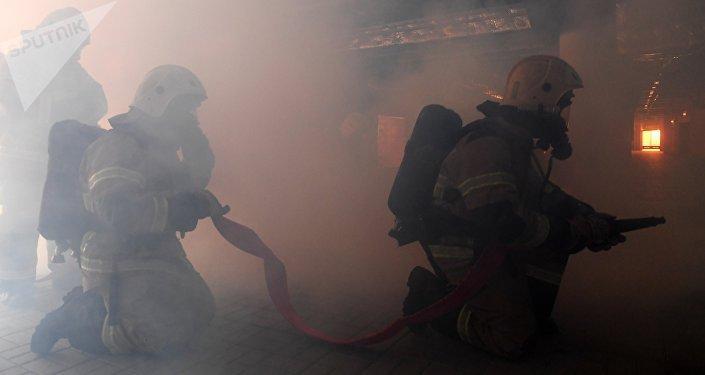 Пожарные тушат огонь. Архивное фото