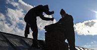 Печники-чистильщики очищают дымоход дома. Архивное фото