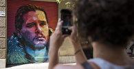 Женщина снимает на мобильный телефон с граффити уличного художника. Архивное фото