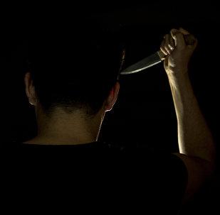 Мужчина размахивается ножом. Иллюстративное фото