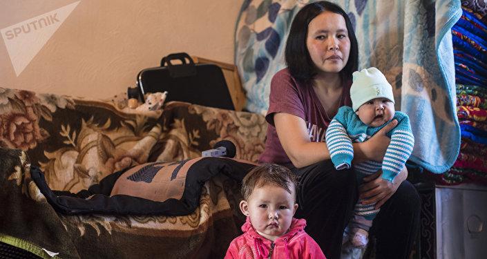 Кыргызстанка Айкерим Жайырбекова с детьми