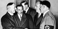 Глава фашитской Германи Адольф Гитлер и премьер-министр Англии Невилл Чемберлен в Мюнхене. 30 сентября 1938 года