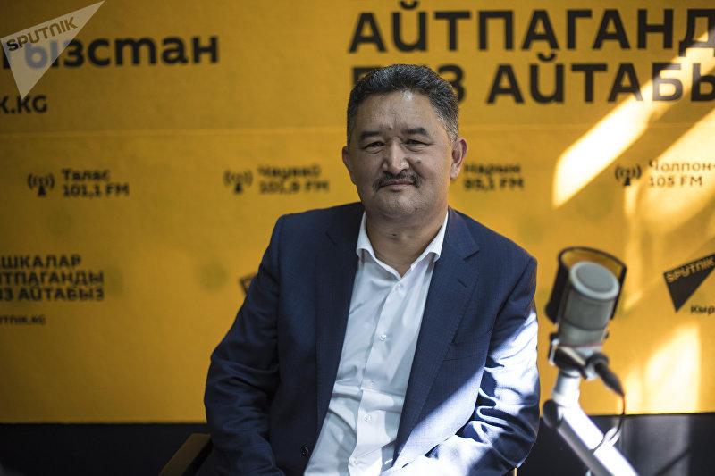 Депутат Жогорку Кенеша Алмазбек Баатырбеков во время интервью на радиостудии Sputnik Кыргызстан