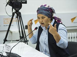 Директор ОО Институт общественного анализа Рита Карасартова во время круглого стола в пресс-центре Sputnik Кыргызстан