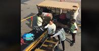 Грузчики швыряют багаж пассажиров в аэропорту Гонконга — соцсети в шоке