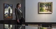 Посетительница проходит мимо картины Святой Сергий художника Николая Рериха. Архивное фото