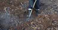 Мужчина роет землю. Архивное фото