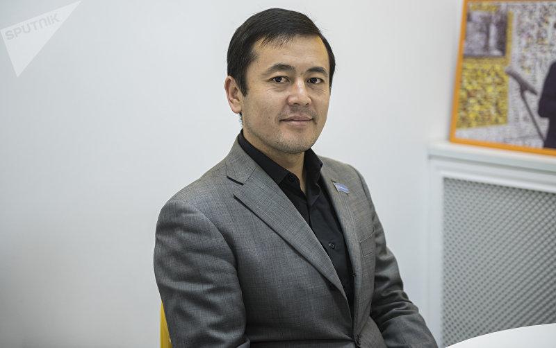 Руководитель фонда Ыйман Нуржигит Кадырбеков во время беседы