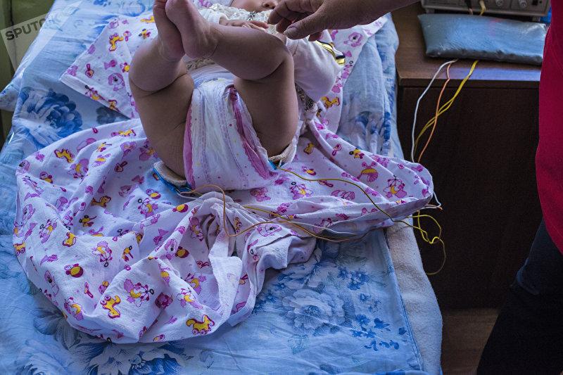 Ребенок на процедуре электрофорез в национальном центре охраны материнства и детства в Бишкеке