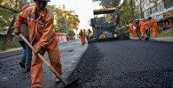 Рабочие во время укладки асфальта на одной из ремонтируемых улиц Бишкека. Архивное фото