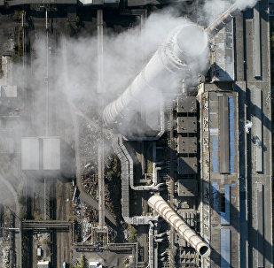 Дым из труб на столичной теплоэлектроцентрали