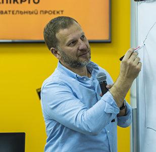 Директор по коммуникациям и связям с общественностью Sputnik Петр Лидов-Петровский во время мастер-класса по медиаменеджменту в рамках образовательного проекта SputnikPro в мультимедийном пресс-центре Sputnik Кыргызстан проходит