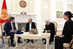 Президент Сооронбай Жээнбеков бүгүн, 5-октябрда, 2017-жылы октябрь айында каза болгон Темир Жумакадыровдун ата-энеси жана жубайы менен жолугушту