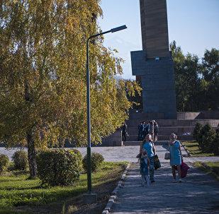 Горожане гуляют в парке имени Дайира Асанова в Бишкеке
