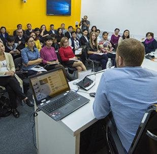 Пресс-секретари государственных ведомств и PR-специалисты коммерческих организаций Кыргызстана во время мастер-класса по медиаменеджменту в рамках образовательного проекта SputnikPro в мультимедийном пресс-центре Sputnik Кыргызстан
