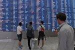 Пассажиры у информационного табло в терминале B международного аэропорта Шереметьево. Архивное фото