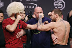 Дана Уайт разделяет бойцов Хабиба Нурмагомедова и Конора Макгрегора во время взвешивания для UFC 229 на T-Mobile Arena