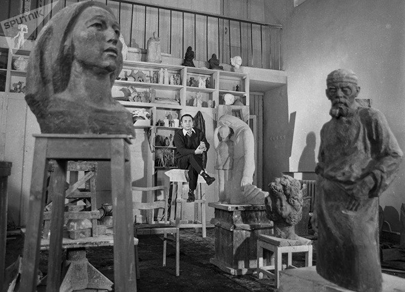 Тургунбай Садыков в своей мастерской. 1970-годы