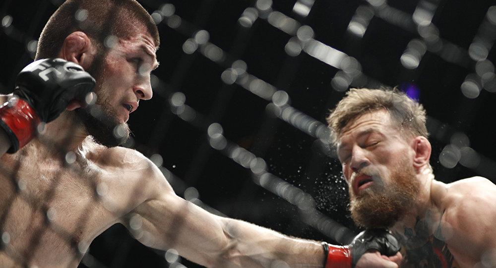 Россиянинин Хабиб Нурмагомедов и ирландец Конор Макгрегор во время боя в рамках турнира UFC 229 в Лас-Вегасе. 07 октября 2018 года