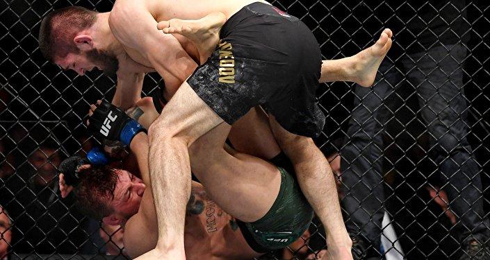 Россиялык Хабиб Нурмагомедов ирландиялык мушкер Конор Магкрегорду утуп, UFC уюмунун жеңил салмактагы чемпиону боюнча калды