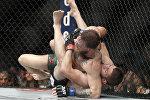 Россиянинин Хабиб Нурмагомедов и ирландец Конор Макгрегор во время боя в рамках турнира UFC 229 в Лас-Вегасе. Архивное фото