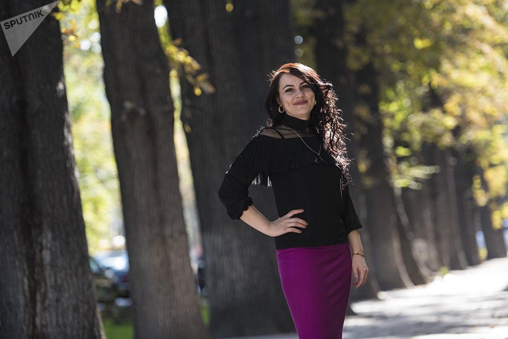 Виктория Энграф. №37 мектеп-гимназиясында психолог. 28 жашта. Аталган мектепте ал 2012-жылдан бери иштейт. Үй-бүлөлүү, бир баланын апасы.