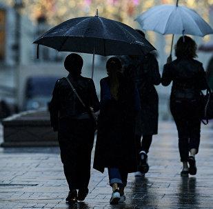Прохожие во время дождя. Архивное фото