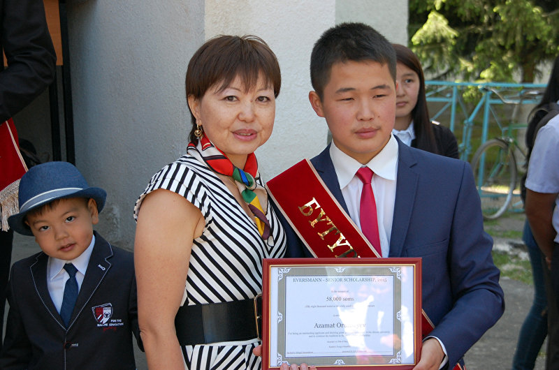 Выпускница лицея 1995 года Миргуль Омурзакова и ученик 11-го класса Азамат Орузбаев