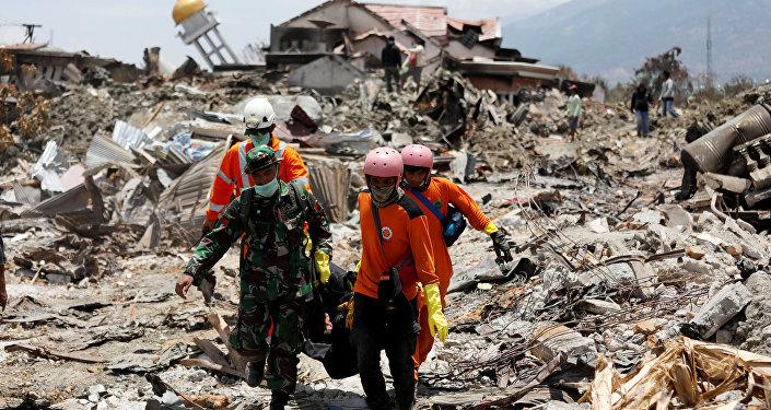 Поиски погибший на месте разрушенных землетрясением домов в Палу (Индонезия)