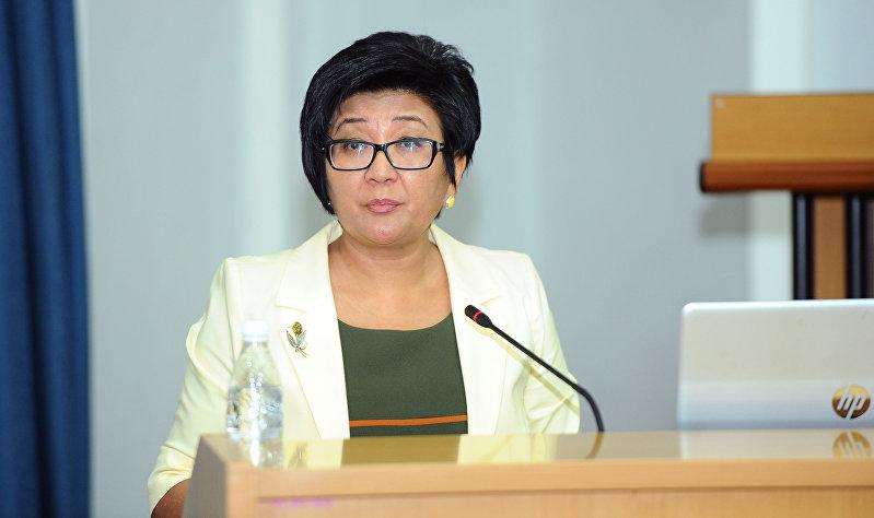 Министр труда и социального развития Кыргызской Республики Таалайкул Исакунова на очередном заседании правительства Кыргызской Республики. 19 августа 2018 года