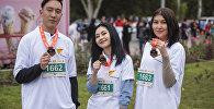 Журналисты Sputnik Кыргызстан Бегимай Бакашева и Асель Акматалиева во время забега на марафоне Мол Булак Куз Деми — 2018 в Бишкеке
