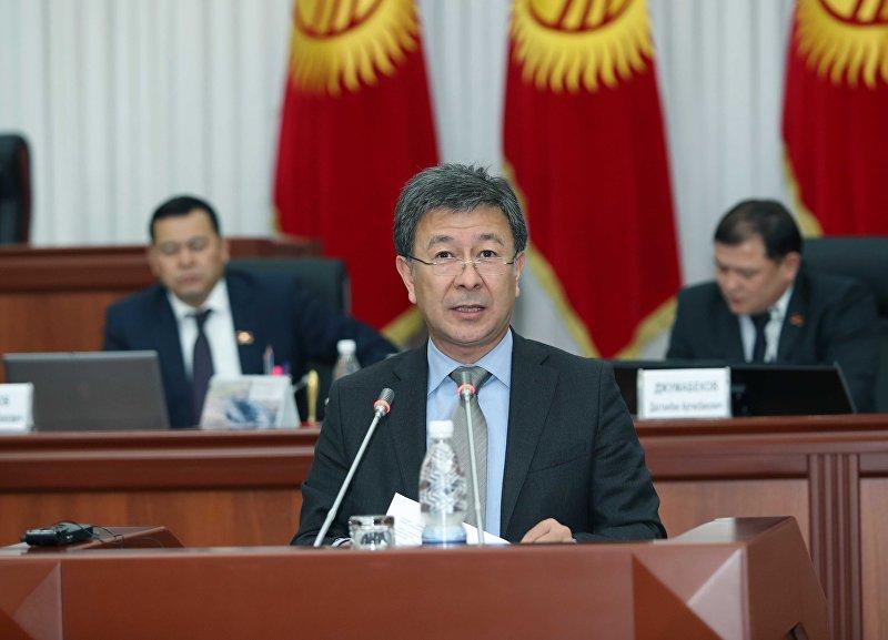 Депутат Аскарбек Шадиев во время выступления на заседании Жогорку Кенеша