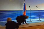 Жириновский споткнулся и упал на сцене — видео