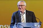 Глава Еврокомиссии спародировал танец премьера Британии — видео