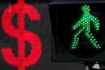 Знак доллара США отображается на электронной плате рядом с светофором. Архивное фото