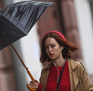 Девушка идет по улице во время дождя. Архивное фото