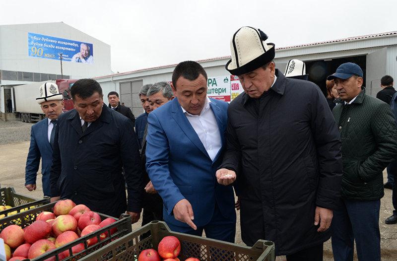 Президент Кыргызской Республики Сооронбай Жээнбеков в рамках рабочей поездки в Таласскую область принял участие в церемонии открытия завода по переработке фасоли компании «Азра» в селе Ак-Добо Бакай-Атинского района. 9 октября 2018 года