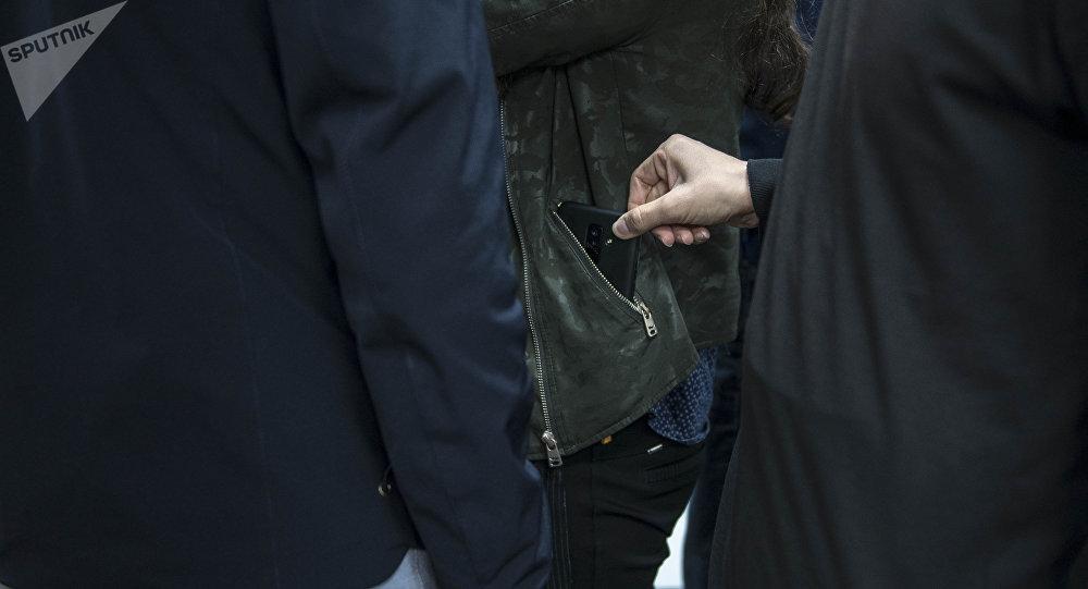 Мужчина во время кражи на улице. Иллюстративное фото