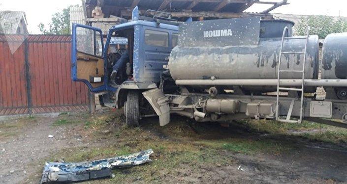 Ноокат районунун Шарон айылында Escalade ESV менен күйүүчү май ташыган унаасы кагышып, кырсыктын кесепетинен 25 жаштагы жүргүнчү каза болду