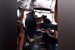 В Филиппинах жена застала мужа с любовницей в маршрутке. Видео
