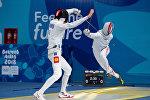 Кыргызстанец Хасан Баудунов конкурирует с Японией Сейя Асами в индивидуальном четвертьфинале мужского фехтования во время юношеских Олимпийских игр в Буэнос-Айресе. Аргентина 8 октября 2018 года