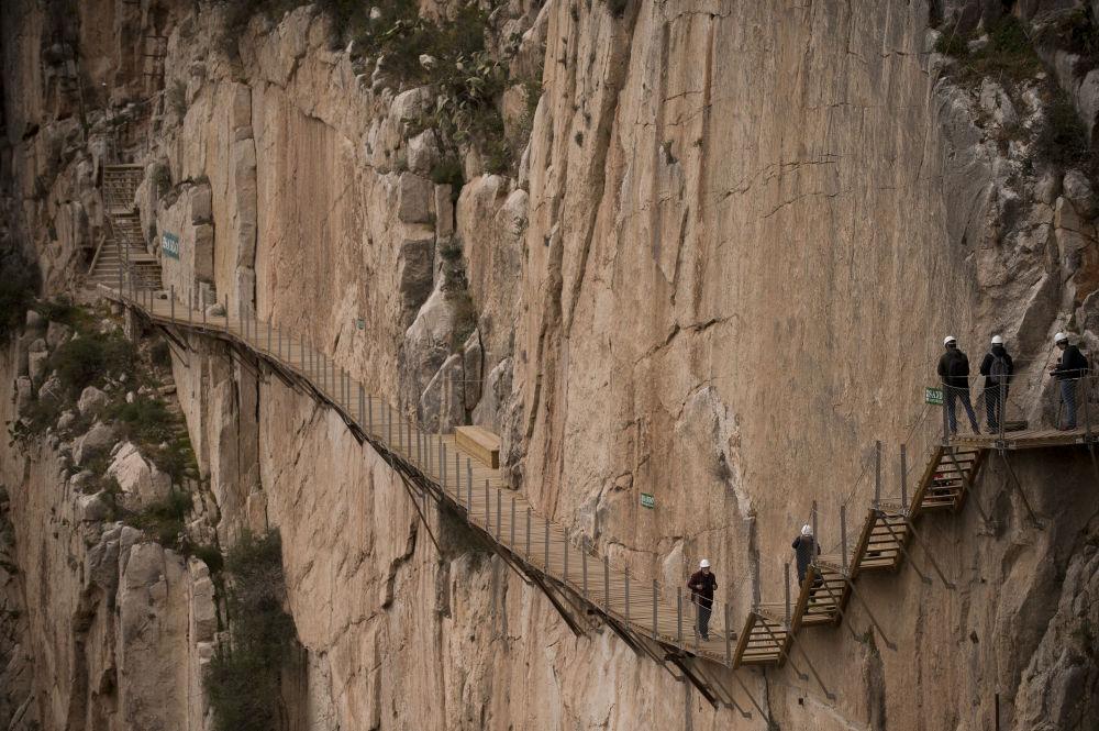 Королевская тропа в Испании. Расположенная между двумя водопадами, она считалась одной из самых опасных в мире. Это дорога шириной в метр без поручней, кое-где полуразвалившаяся. С 2000 года из-за гибели трех альпинистов доступ на нее запретили. Впрочем, это не останавливало любителей экстрима. Тропу открыли для туристов в 2015 году, ограничив число посетителей.