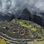 Уайна-Пикчу, Перу. Это горный хребет, который поднимается над знаменитой Мачу-Пикчу на 360 метров. Путешественники советуют покупать билеты сразу на обе горы. Туда пускают всего 400 человек в сутки, поэтому о билетах лучше позаботиться заранее. Нужно карабкаться по скользким от воды скалам, местами подъемы очень крутые. В некоторых местах приходится подниматься и спускаться, держась руками и ногами за ступеньки.