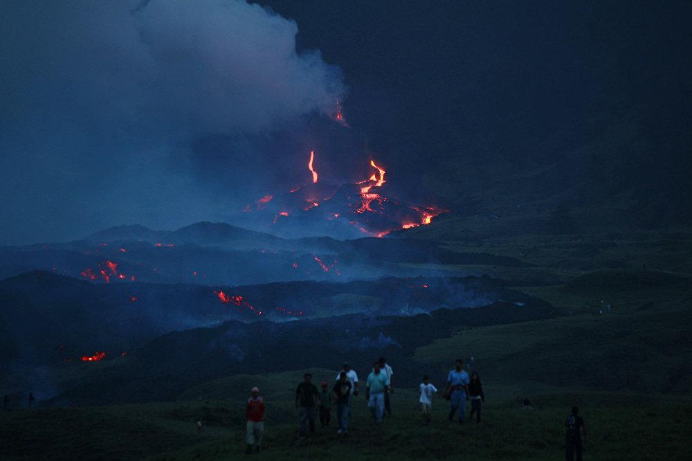Вулкан Пакая, Гватемала. Это один из самых активных вулканов на планете. Находится он на высоте 2552 метра над уровнем моря. Восхождение не очень сложное, хотя будут крутые подъемы, большие камни, нестабильный грунт. Главная опасность таится в самом вулкане и неостывшей лаве на вершине. Традиционный бонус в конце восхождения — жарка зефира на раскаленной лаве.