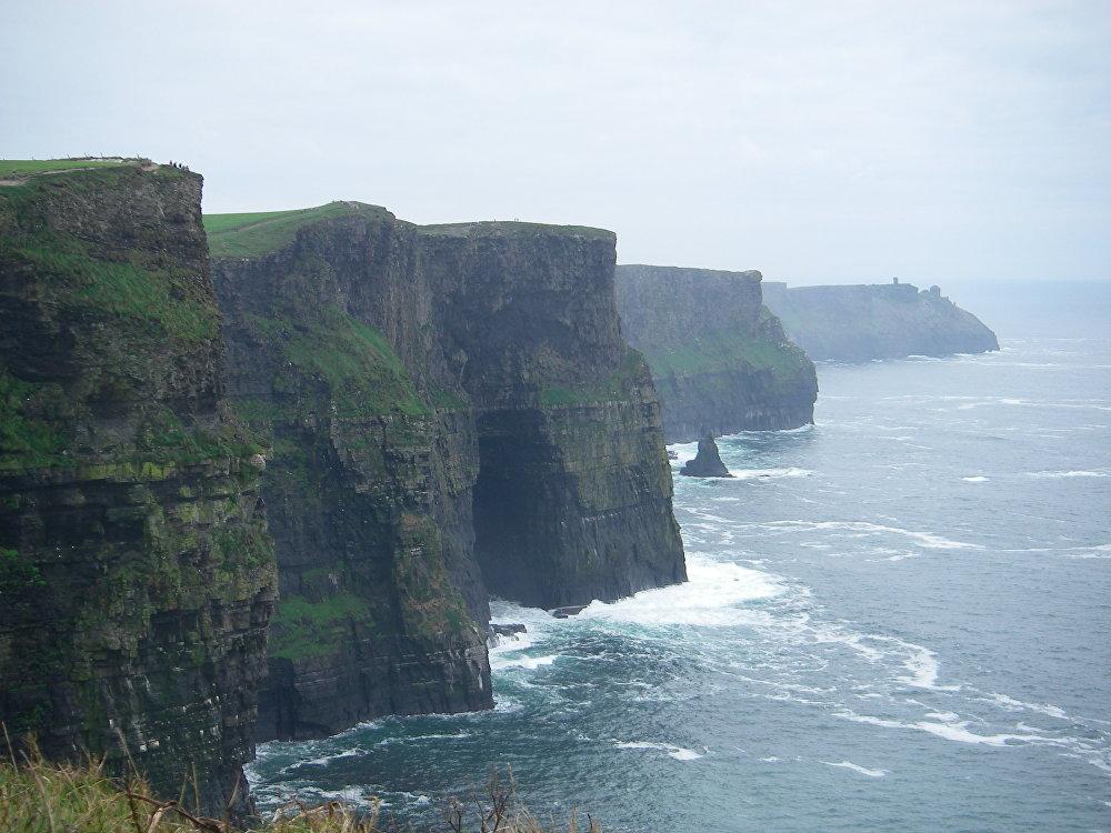 Скалы Мохера в графстве Клэр, Ирландия. Скалы выходят в Атлантический океан и являются одной из красивейших достопримечательностей Ирландии. Там находится знаменитая велосипедная тропа по утесам Мохера.