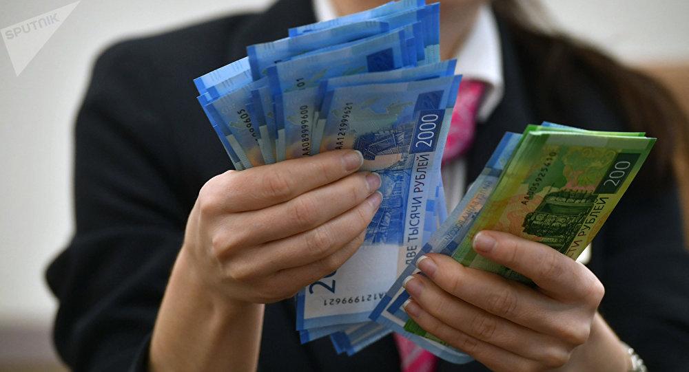 Девушка пересчитывает российские рубли. Архивное фото
