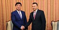 Премьер-министр Мухаммедкалый Абылгазиев и глава правительства Таджикистана Кохир Расулзода во время встречи в Душанбе