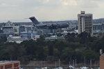 Огромный самолет пролетел между небоскребами и напугал австралийцев. Видео