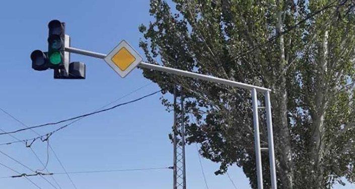 Сегодня ведутся работы по установке восьми светофоров