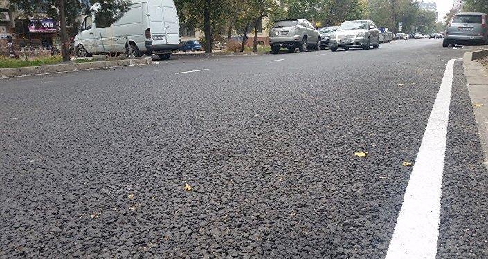На всем протяжении двухкилометрового участка между проспектом Жибек Жолу и улицей Боконбаева заменили дорожное покрытие и установили новые бордюры
